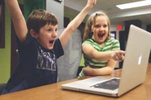 ילדים משחקים במחשב